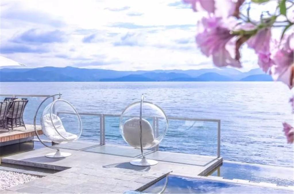 等风影像馆 玻璃球白桌子 推荐理由:玻璃球白桌椅好像成了大家来大理图片