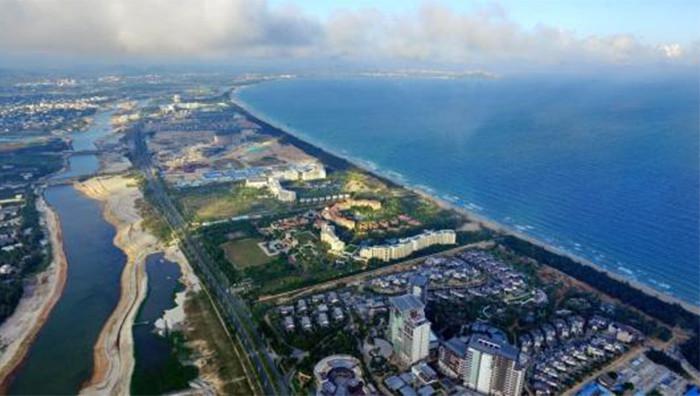 Top1:海棠湾 【超过100家酒店】海棠湾是三亚新的开发区,离市区约1个小时车程,坐公交不能直接到海边。远离城市的喧嚣与繁闹,彻底放松身心,拥抱风光旖旎大自然,海棠湾是首选。这里类似亚龙湾,都是各种五星级豪华酒店+高端轻奢SPA(水疗)会所组成的高端度假区域,水质很好,沙粒比亚龙湾稍微粗一些,浪比较大,只有酒店的沙滩标示有安全游泳区域,这里大部分地区未开发,独具一种原生态的美感。 Ps:免税店就在这里哦。 交通:33/34/35路公交可直达免税广场,去海边最好选择打车或者自驾。 Top 2:亚龙湾 【超