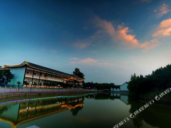 昆仑雅居度假酒店(郑州雁鸣湖风景区店)1晚 室外泳池