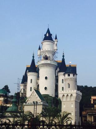 色色中国环球影城旅游基地是环球影城同度假的小木屋一体的度假区.