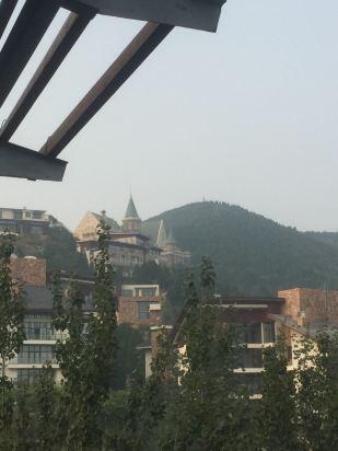 酒店位于蓟县县城外山边,是山边欧式城堡外观,有点意思.