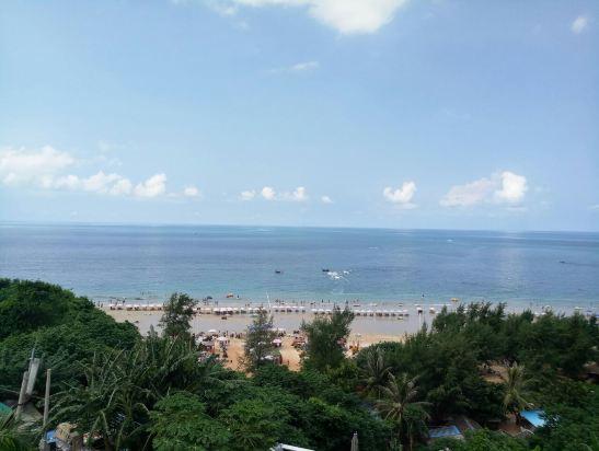 涠洲岛芭芭贝尔海景酒店,始建于2014年5月,酒店位于广西北海涠洲岛著名景区滴水丹屏停车场入口处第一栋,是滴水村公认的最好观景位置,周边餐馆小卖部众多,生活非常方便,晚饭后步行仅需100秒即可到达岛上最热闹舒适的沙滩,享受悠闲的海边沙滩漫步。芭芭贝尔海景酒店客房及外观,全部由知名设计师倾力设计打造,施工全程监工,27间客房拥有多达9种主题风格,酒店设一楼超大270度海景餐厅,二楼设海景露台咖啡甜品休闲厅,四楼设无敌海景休闲区,三大错落布置的观景台;         芭芭贝尔为您提供的,除了优美的