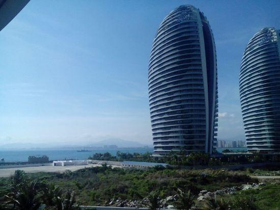 凤凰岛,三亚的地标,进出都是电瓶车,施工的确实还有,但没办法,中国也