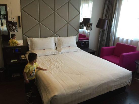 这家桔子酒店实在是迫于无奈才选择的,因为十一临时调整行程,在香港中路上的机场富华酒店没有订到当天的房间,只好就近选择一家,住了一晚,十月4日,726元/晚,青岛十一假期酒店翻倍的涨,这个价格是此次十一之行住的最贵,环境服务最差的一晚,贵的也是没谁了!首先,地点还不错,出酒店右转五分钟左右到奥帆中心,周边有银座和百丽广场,均在十分钟步行范围!酒店装修风格现代简约,但色调有些昏暗,个人不太喜欢!就是一经济型快挗酒店!设施有些旧,半电动窗帘,床品,毛巾,浴巾也都硬了,不够白,更别提松软,被子很薄,十月的青岛盖着