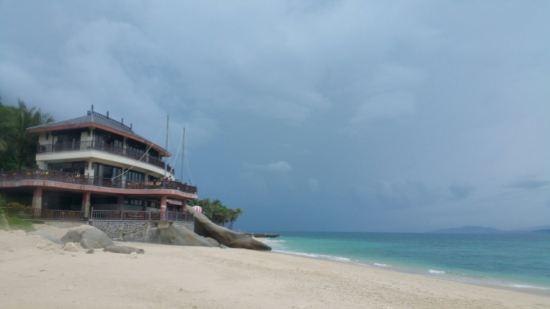 """ style=""color:#0066cc;cursor:pointer;"">联系方式   分界洲岛海钓会所隶属于陵水环球旅业发展有限责任公司,坐落于美丽的热带岛屿-分界洲岛,国内首家5A级海岛型旅游景区,独特的地理位置,造就了分界洲岛迷人的热带气候及景观,被称为是浮在南海上的美丽遗世孤岛,海水洁净,提供潜水、海钓、海底潜艇观光、游艇、海豚表演、鲸鲨观光、住宿、餐饮、海岛婚礼等旅行服务。      分界洲岛被称为是心灵的分界岛、坠落红尘的天堂、一个可以发呆的地方。      小岛位于海"