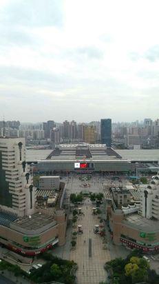 离上海站非常近,风景好,住在29楼,对面就是各种吃饭的地方,离外滩,自