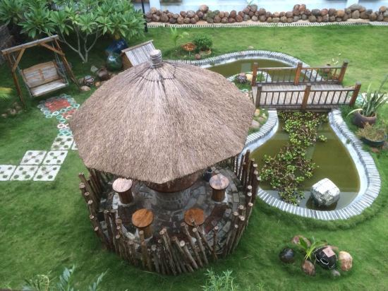 酒店回复:2017-03-06 感谢亲选择入住侬家最绿色 最海南 最当地的客栈!咱家客栈毗邻海南最早建园、规模最大的热带植物园,这里常年弥漫着热带雨林的芬芳,空气中负氧离子超过12000个/立方米,在这里您可以感受到森呼吸 慢生活带给您的悠哉!很荣幸能邀请到您参加森林的员工聚餐活动,如您所说的,森林真的就是一个大家庭,不止是我们的员工,还有来自全国各地的朋友们我们都希望把大家当成家人来服务,所以我们一直在用心的营造一个家一样的客栈,让身在异地的客官们也能感觉到在家一样的温暖,真诚欢迎您再来做客哦!咱