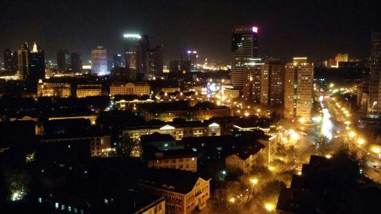 晚上窗外的风景图片