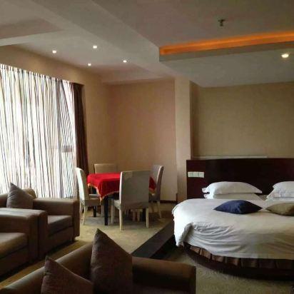 酒店在南滨路风景区,入住的时候发现是圆床房,房间超大很干净,太满意
