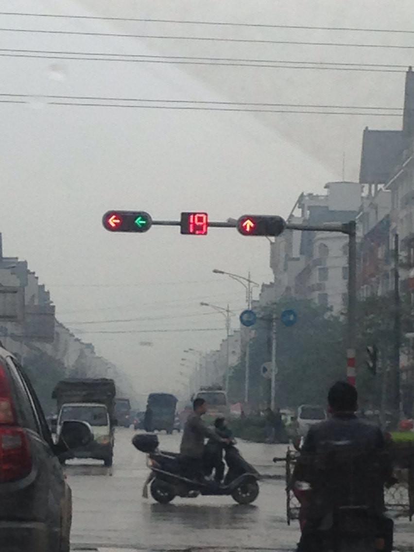 贺州的逆天的红绿灯,到底让不让老娘左拐