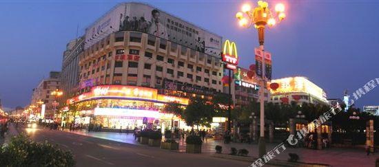 从酒店可尽览中心广场,正阳步行街,微笑堂商厦,梦之岛,八桂大厦等购物