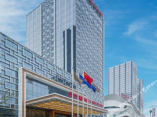 酒店坐落于城市中心地带的万达广场,自酒店驱车至济宁火车站方便快捷
